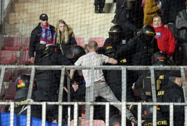 Policejní zákrok proti fanouškům Plzně