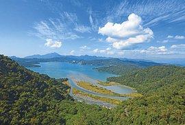 Jezero Slunce a Měsíce je největší vodní plocha v zemi. Nádherné je třeba z lanovky.