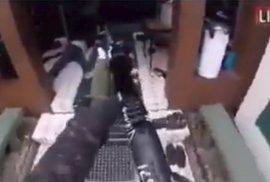 Střelec Brenton Tarrant na svém facebookovém účtu živě nahrával, jak vraždí návštěvníky mešity na Novém Zélandu.
