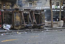 Zničený novinový stánek po násilnostech žlutých vest 16. března v Paříži