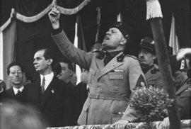 Benito Mussolini před 100 lety založil Bojové svazky. Položil tím základ své…