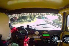 Děda závodník. Řidič Porsche závodí i v 70 letech a rozhodně se necourá