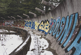 Chátrající betonový had uprostřed zaminovaných lesů. Sarajevská bobová dráha 35 let po olympiádě