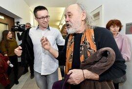Lukáš Nečesaný byl Vrchním soudem v Praze pravomocně zproštěn viny 27. března 2019. Na snímku s aktivistou Johnem Bokem.
