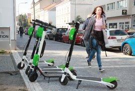 Obyvatelům Prahy vadí zelené elektrokoloběžky, které uživatelé bezohledně parkují na veřejnosti.