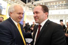 Sjezd KDU-ČSL: Novým předsedou lidovců je Marek Výborný (vpravo). Gratuluje mu europoslanec Pavel Svoboda (29. 3. 2019)