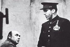 Nedoceněný Hlídač režiséra Ivana Renče z roku 1970, kde Hrzán ztvárnil svou možná nejvrstevnatější filmovou roli