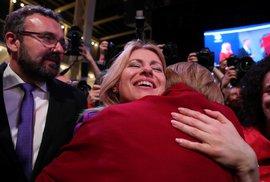 Zuzana Čaputová přijímá gratulace ke zvolení historicky první slovenskou prezidentkou. Záda ji kryje budoucí první muž Slovenska, partner Petr Konečný