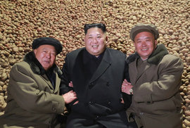 """Korejská propaganda: 15 nejzábavnějších snímků Kim Čong-una. Víte, proč se """"dívá na věci""""?"""