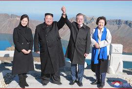 Kim Čong-un a jihokorejský prezident Mun Če-in na korejské hoře Paektu opředené mýty (měl se na ní narodit Kim Čong-il, přičemž vyšla hvězda). Přátelství na věčné časy