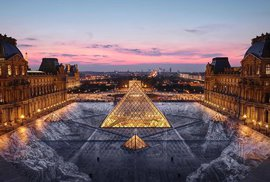 Pyramida na nádvoří Louvru dostala ke kulatinám zajímavý dárek. Vydržel jeden den