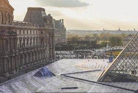 Optická iluze vytvořená francouzským umělcem na nádvoří Louvru.