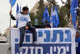 Předvolební demonstrace stoupenců Likudu a jeho šéfa Benjamina Netanjahua. Před jeho rezidencí v Jeruzalémě. Březen 2019