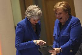 Britská premiérka Theresa Mayová a německá kancléřka Angela Merkelová přijely na mimořádný summit EU perfektně sladěné do modra, (10.04.2019).
