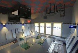 V berlínském hotelu Propeller Island City Lodge můžete spát na stropě nebo ve vězeňské …