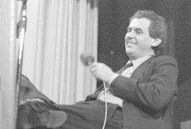 """1990: """"Komunistická strana byla a zůstává stranou extrému. A jako taková má ve společnosti své přirozené, i když okrajové místo. Nelze ji zrušit, jako nelze rušit horečku. Její volební výsledky budou měřítkem intenzity nemoci naší společnosti, sociální rakoviny, ze které se zvolna začínáme uzdravovat.""""  Snímek: Miloš Zeman"""