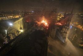 Snímky z hasičského zásahu při požáru katedrály Notre-Dame.