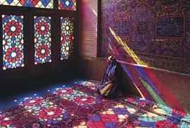 Hra barev a světel v Růžové mešitě v Šírázu