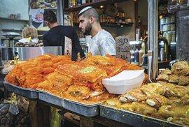 Sladké řezy knafeh napultech jeruzalémského trhu