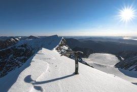 Jižní vrchol hory Kebnekaise ve Švédsku pokrytý ledovcem poprvé v historii roztál přes léto natolik, že severní vrchol byl vyšší
