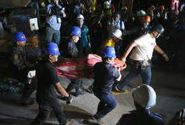 Ze sutin jsou dál slyšet hlasy. Filipíny postihlo další zemětřesení, roste počet…
