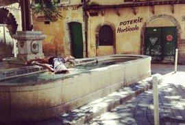Antiselfie: Dívka předstírá smrt na známých místech a vysmívá se svými snímky stereotypnosti selfie