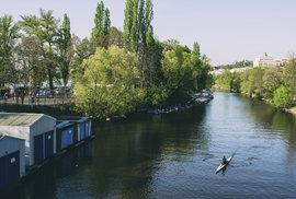 Kvůli zázemí, které vodnímu sportu poskytuje, je po této činnosti Veslařský ostrov i pojmenován. Tramvají se na něj z centra dá dostat za čtvrt hodiny, ovšem tamní klid působí, jako by ani nebyl v Praze