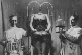 Trumf iluzionistů: Bezhlavá Olga Hessová, hollywoodská showgirl, nebo také surferka, která se potkala se žralokem.