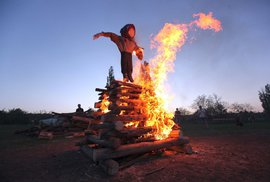 Čarodějnice letos sucho neochrání, zvyk zachránil déšť. Jak souvisí s keltským svátkem Beltain?