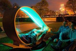V noci lavičky v  v Massachusetts září, přes den se nabíjí solárními panely.