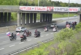 Putinova sebranka v Česku. Noční vlky přivítal v Praze plakát, že druhou světovou válku začal Stalin