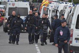Dva útočníci ve Francii zabili jednu osobu, dalších devět zranili. Jeden se po zatčení přihlásil k ISIS