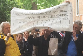 Odmítnutá ruku ministra Staňka a údiv britského kritika v Benátkách