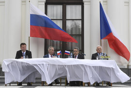 Prezidentská party na ruské ambasádě, Putin hokejista jako Klaus tenista a Japonec…