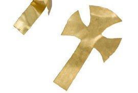 Drobné zlaté kříže ležely údajně na obličeji zesnulého