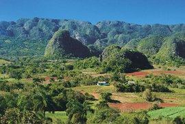 Údolí Vinales je malebné z výšky i při procházce mezi vápencovými homolemi
