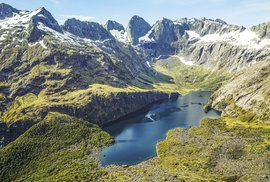 Horské pleso Adelaide  v NP Fiordland. Drahokam v horách, který si nejlépe vychutnáte pohledem z výšky: třeba při letu vrtulníkem jako v případě tohoto snímku.