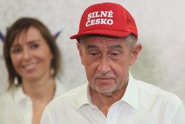 Andrej Babiš (AO) s červenou čepicí Silné Česko, kterou okopíroval od Donalda Trumpa