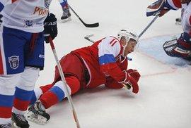 Putin si opět hrál na hokejistu, proměnil se ve stroj na skórování. Ale také spadl,…