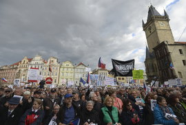Lidé na pražském Staroměstském náměstí potřetí demonstrují za demisi ministryně spravedlnosti Marie Benešové (13. 5. 2019)