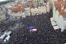 Potřetí zaplněný Staromák. Za odvolání ministryně Benešové opět demonstrovalo přes 20 tisíc lidí