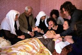 Ve městech Beratu a Fieru pronásledovali otcové a bratři muže, kteří unesli jejich dcery do zahraničí a nutili je k prostituci.