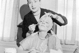 Expertka na kosmetiku a podnikatelka polského původu Helena Rubinstein ukazuje své klientce, jak a kam aplikovat make-up, aby co nejvíce lichotil jejím rysům, 1935