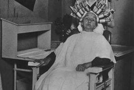 Téměř stoletá žena si nechává dělat trvalou. USA, 1926
