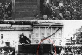 Lenin pronáší svůj projev před vojáky, kteří míří na polskou frontu. 5. května 1920 na Divadelním náměstí před budovou Velkého divadla v Moskvě mu na improvizované tribuně dělají společnost Lev Davidovič Trockij a Lev Kameněv – tehdejší významné osobnosti bolševického hnutí. Na další fotografii se pak poroučeli do propadliště upravených dějin. Po konkurenčních bojích ve straně byl roku 1927 Trockij ze strany vyloučen, deportován do Kazachstánu a následně v roce 1929 definitivně vyhoštěn z Ruska. Kameněv byl v roce 1936 popraven. Trockij byl pak v roce 1940 zavražděn v mexickém exilu. Původní fotografie ale ještě před cenzorským zásahem obletěla svět a stala se jedním ze symbolů revoluce.