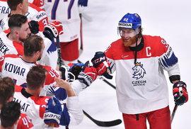 Kapitán Jakub Voráček se raduje s českými hokejisty po výhře nad Švýcarskem na závěr skupiny B MS v hokeji