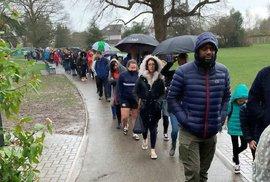 Pět tisíc lidí stálo v dešti frontu, aby pomohli zachránit chlapce s rakovinou.…
