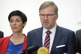 Zástupci pětice opozičních stran oznámili, že chtějí svolat mimořádnou schůzi Sněmovny kvůli podfinancování sociálních služeb. Místopředsedkyně TOP 09 Markéta Pekarová Adamová a předseda ODS Petr Fiala (23.5 2019)