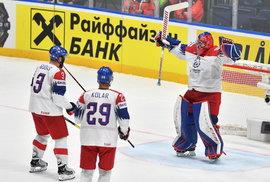 Radost Patrika Bartošáka. Čeští hokejisté porazili ve čtvrtfinále světového šampionátu v Bratislavě Německo 5:1 a po čtyřech letech postoupili do závěrečných zápasů o medaile.