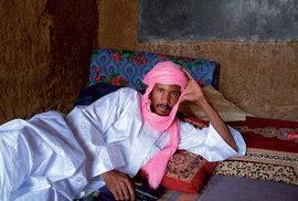 Sarid je vysoký, štíhlý postarší muž v tradičním bubu a šátek mu zakrývá téměř celý obličej. Jako vystřižený ze staré pohlednice, přitom neudělá ani krok bez auta a mobilního telefonu.